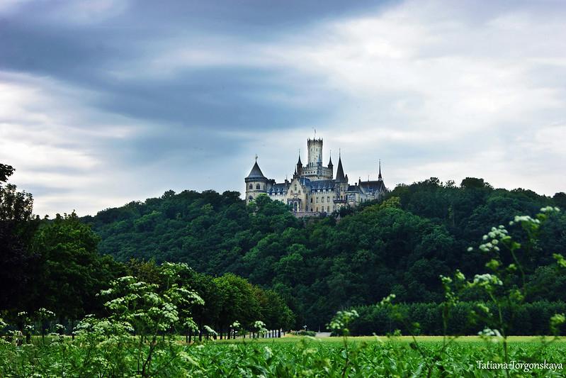 Вид на замок из долины