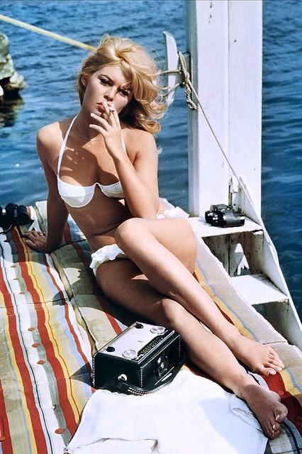 Молодая Бриджит Бардо в купальнике
