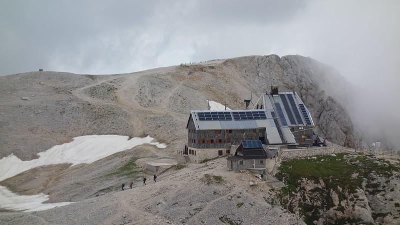 De Triglavski Dom is de grootste hut van de regio.