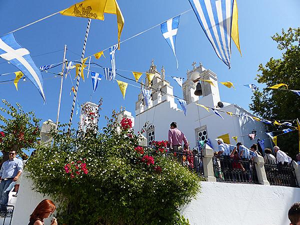 la foule devant l'église de Filoti