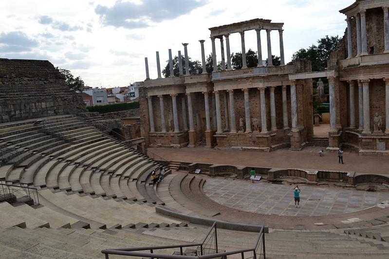 La ima cavea del Teatro se encuentra bastante restaurada, no asi la media cavea.