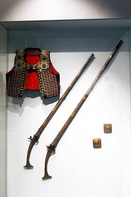Ружья  и жилет военного