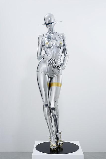 空山 基|《セクシーロボット》|2016年|FRP、鉄、金・銀メッキ調塗料、LEDネオンライト|182×60×60 cm|Courtesy NANZUKA|撮影:Tanaka Shigeru