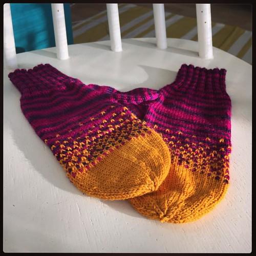 Rasti seinään: sain neulottua lapaset! \o/ #knitting #mittens #lapaset #maailmanhuonoinlapasneuloja #colours colourlove #lkmusikal #tulisillahiilillä