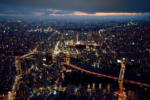 スカイツリー展望台から西の空と夜景を撮った写真