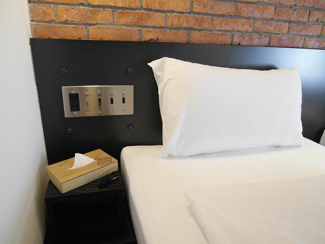 床頭的電源面板有音源孔@雀客旅館CHECK INN