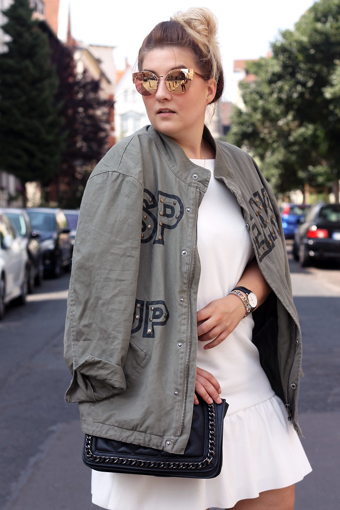 outfit-zara-jacke-military-trend-sommer-look-fashionblog-modeblog-kleid-weiß-boots16
