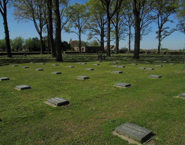 Langemark War Cemetery, Graves